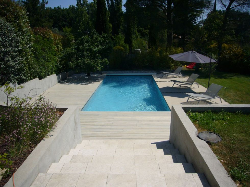 Maison contemporaine bois bouche du rhone for Piscine contemporaine