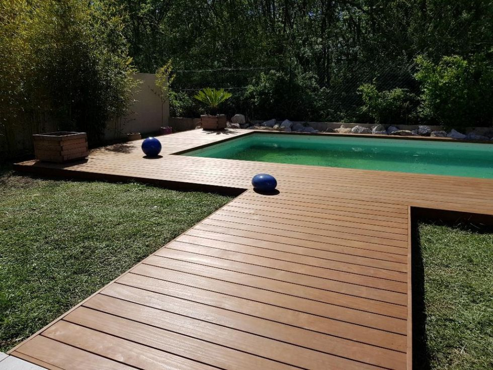 terrasse en contour de piscine bois kebony ambiance terrasse. Black Bedroom Furniture Sets. Home Design Ideas